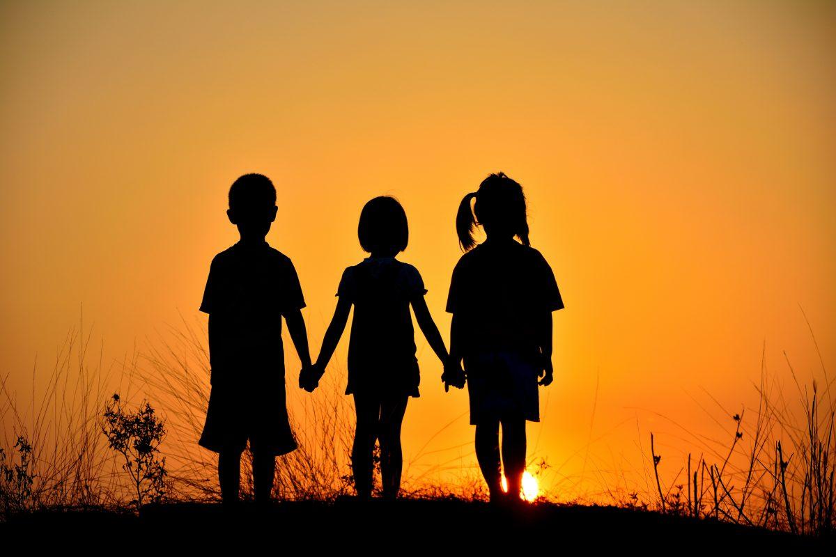 Οικογένεια είναι οι άνθρωποι που σε αγαπούν και σε νοιάζονται.