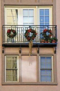 christougenniatiki-diakosmisi-balkoniou-image-credits_pinterest-familyhomedecorationclubcom