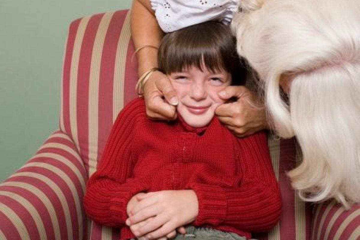 Mην αναγκάζετε τα παιδιά σας να αγκαλιάζουν συγγενείς
