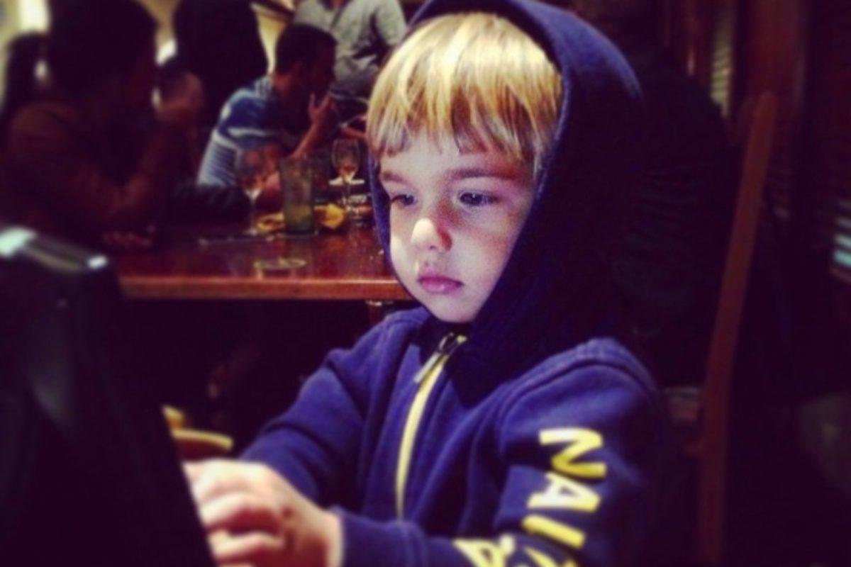 «Η εικόνα των παιδιών που κάθονται ήσυχα στην ταβέρνα κρατώντας ένα tablet είναι θλιβερή»
