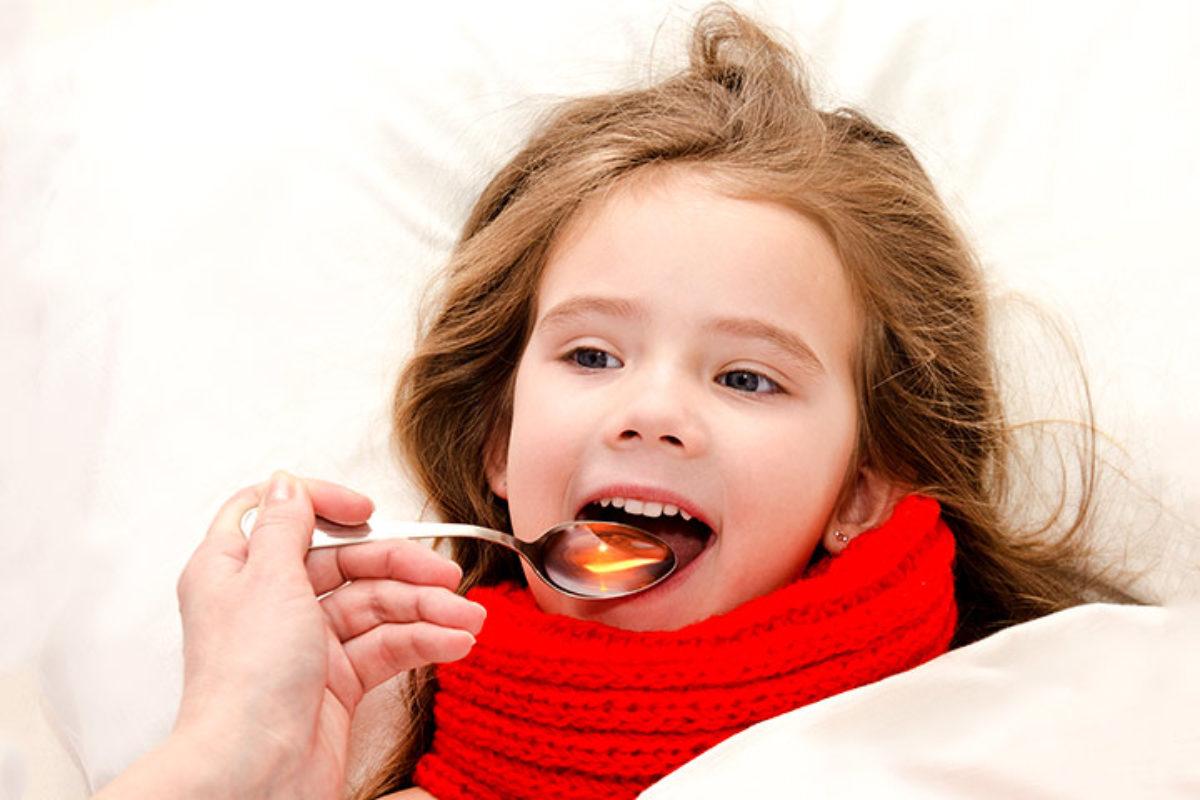 Οι παιδίατροι κρούουν το καμπανάκι του κινδύνου στους γονείς: «Μη δίνετε σιρόπι με το κουταλάκι στα παιδιά»