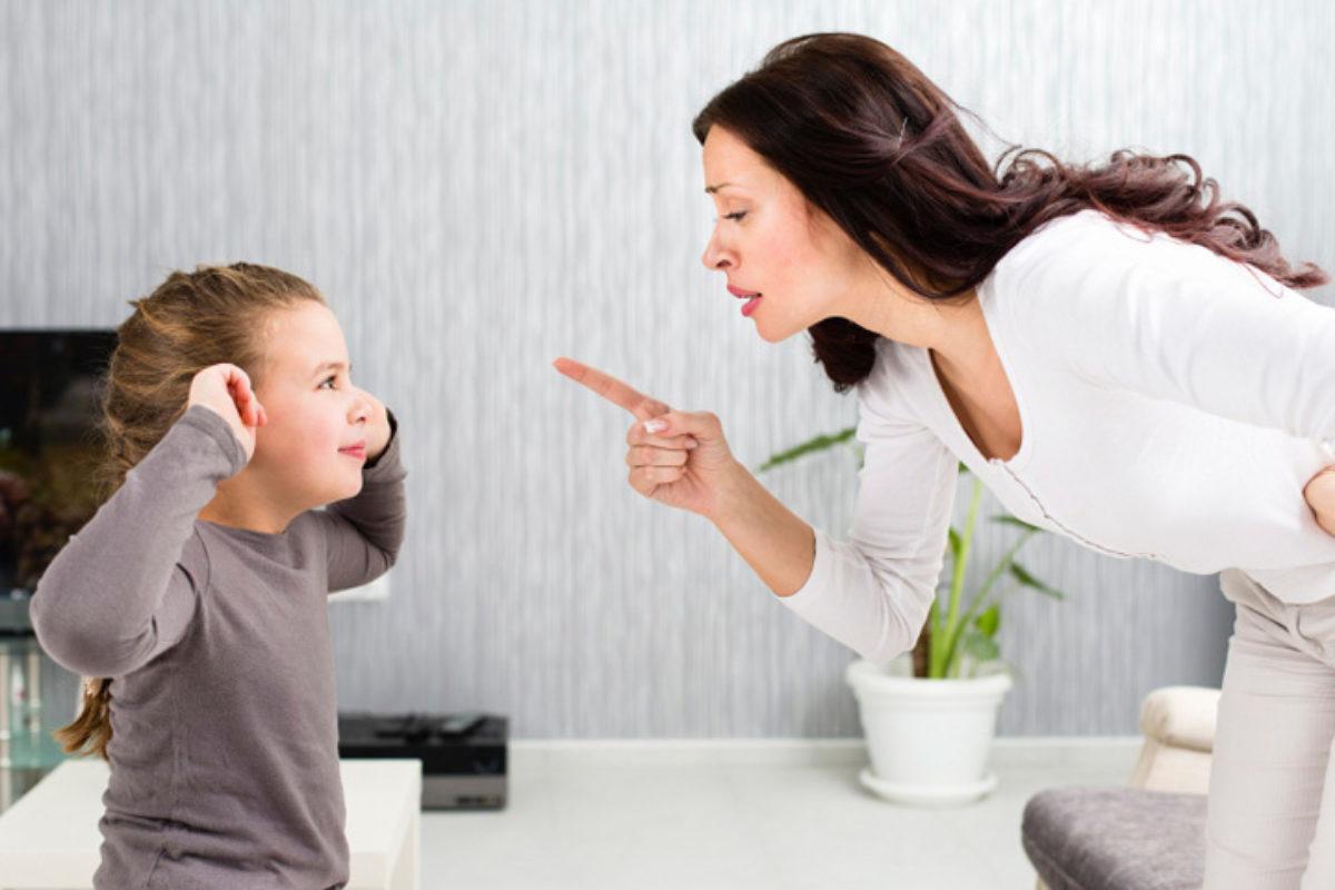 «Σε βλέπει ο κόσμος»… Φράσεις που πρέπει να αποφεύγονται σε στιγμές έντασης με τα παιδιά
