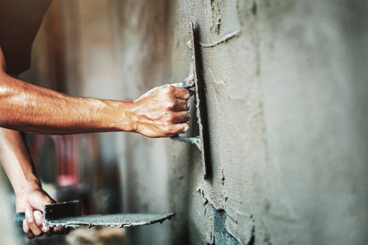 Πώς γίνεται η επισκευή σαθρού σοβά; Δες υλικά & βήματα!