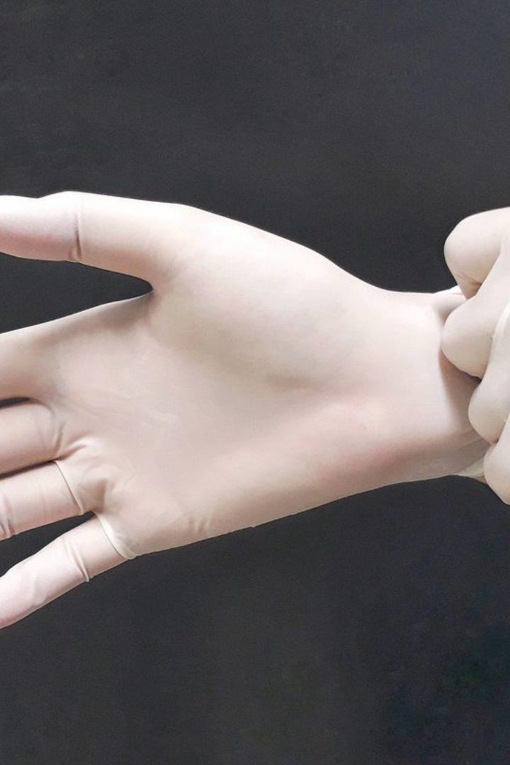 Κορονοϊός: Μήπως φοράς τα γάντια με τον λάθος τρόπο και δεν προστατεύεσαι;