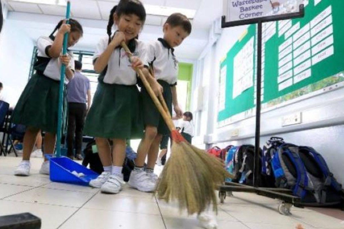 Τα παιδιά στην Ιαπωνία καθαρίζουν τα ίδια το σχολείο τους
