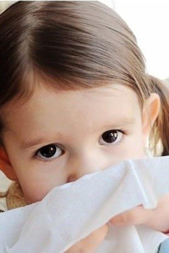 Τι πρέπει να τρώει ένα παιδί όταν είναι κρυωμένο ή έχει ίωση? Υπάρχουν τροφές που ανεβάζουν ή ρίχνουν τον πυρετό?