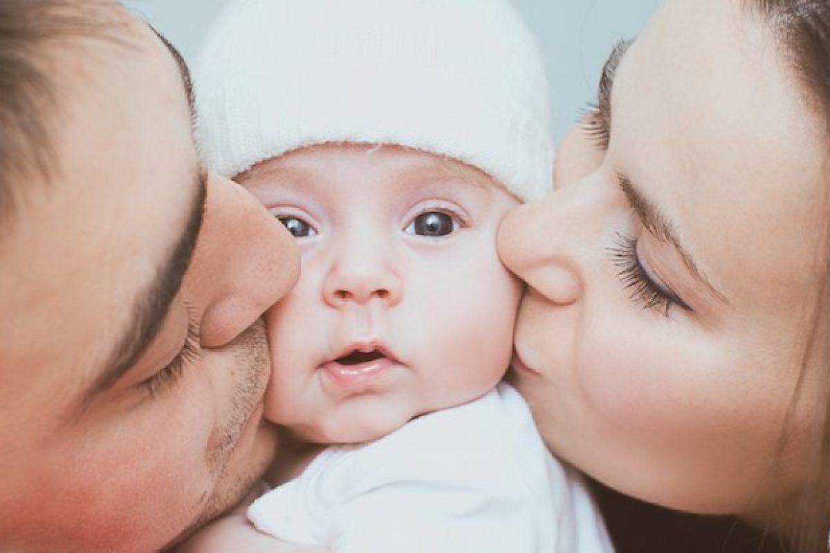 Φιλί στα χείλη και παιδιά.