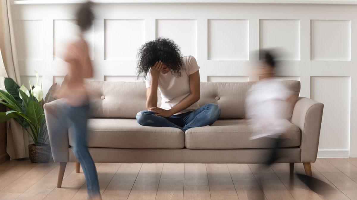 Το burnout των γονέων: τι συμβαίνει και δεν μπορώ να χαρώ με τα παιδιά μου;