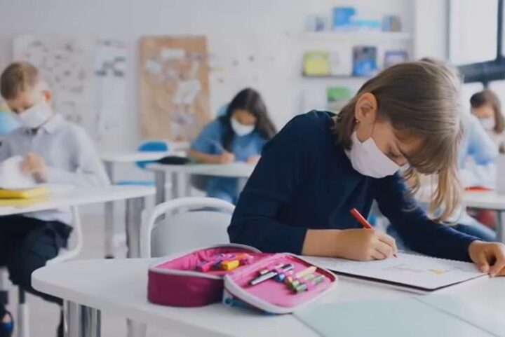 """Το ξέσπασμα ενός δασκάλου: """"Οι μάσκες δεν αρκούν όταν στην τάξη βρίσκονται 25 μαθητές με τα θρανία κολλητά"""""""