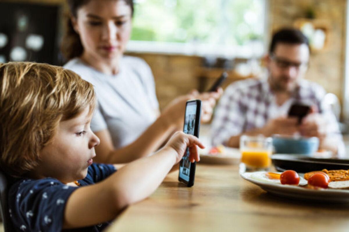 Τι να κάνεις ως γονιός για να μειώσει τον χρόνο στο κινητό τηλέφωνο το παιδί