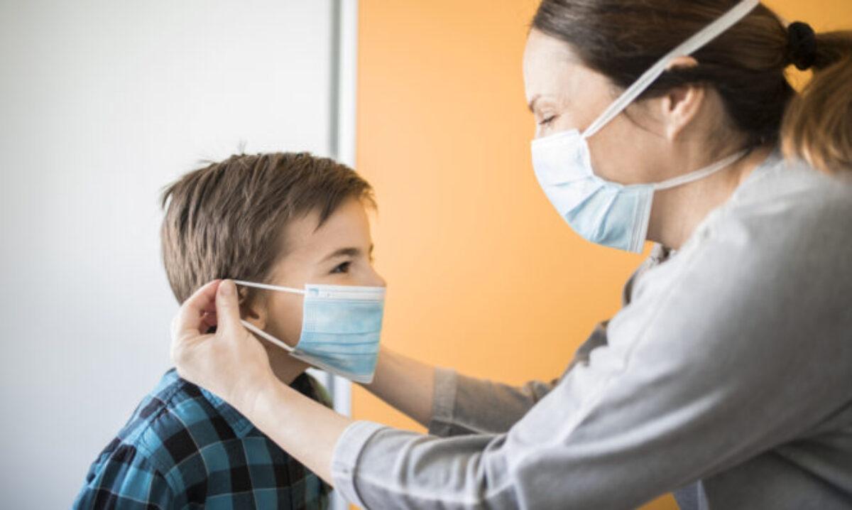 7 κόλπα για να μάθεις στο παιδί να φοράει (και να μην βγάζει) την μάσκα