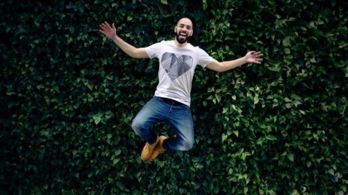 H διαφορά ανάμεσα στην ευτυχία και τη χαρά, μια ψυχολόγος εξηγεί