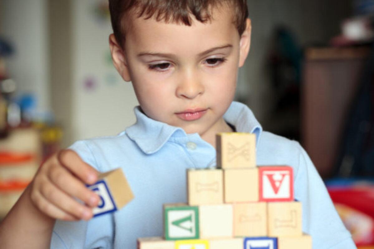 Αυτισμός παιδιού: Συμπτώματα ανά ηλικία και επιστημονικό ερωτηματολόγιο για τους γονείς