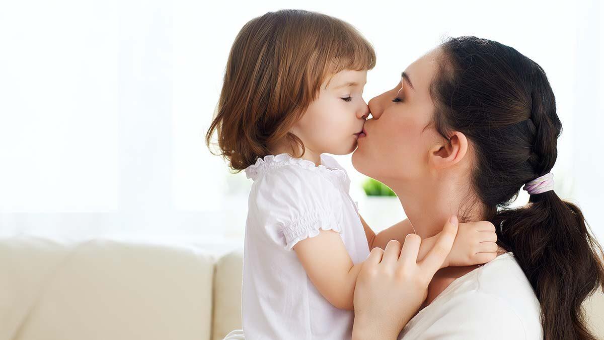 Δείτε γιατί (δεν) πρέπει να φιλάμε τα παιδιά στο στόμα