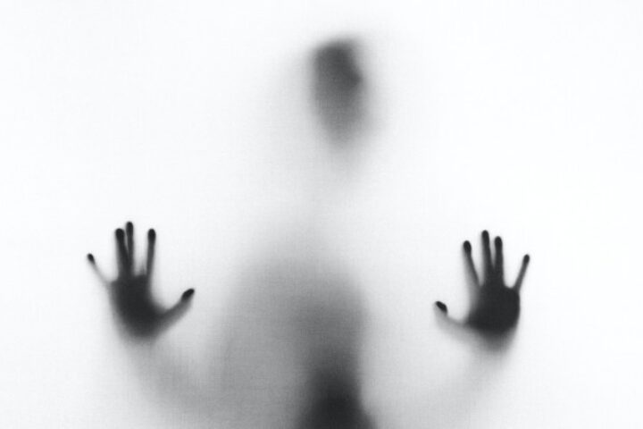 Απίστευτο περιστατικό στην Ερμού: Ανήλικη φέρεται να έβαλε μπράβους να ξυλοκοπήσουν συνομήλική της