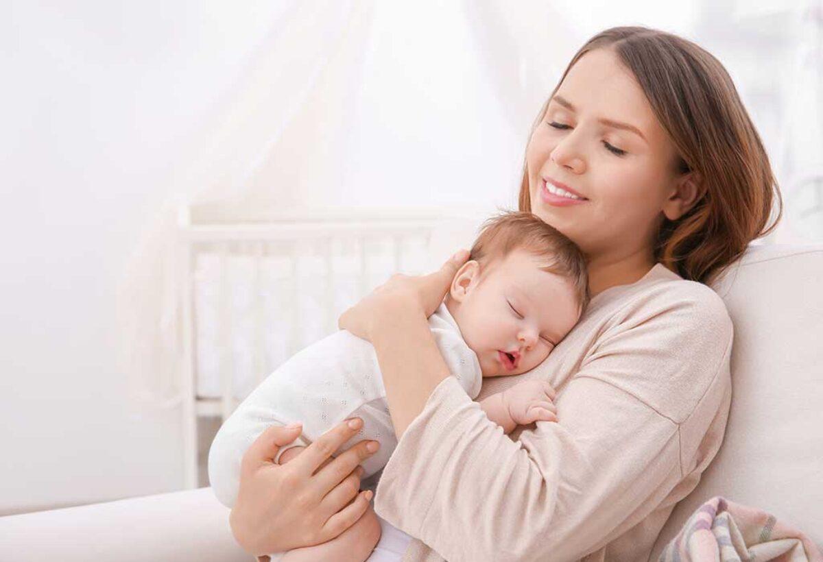 Είναι μικρή ακόμα για να μάθει να κοιμάται χωρίς την αγκαλιά μου;