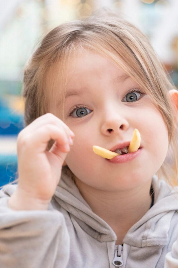 Πα-τά-τες! Πα-τά-τες! Οι νέες αγαπημένες λέξεις των παιδιών που θα ακούει η μαμά την ώρα που ετοιμάζει μεσημεριανό!