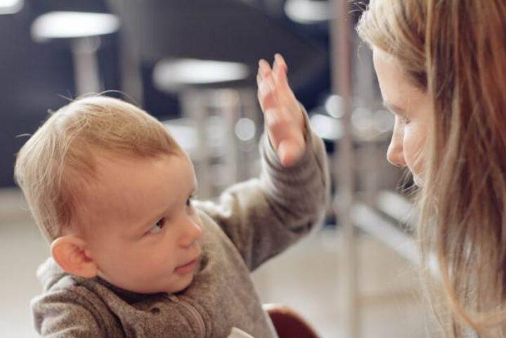 5 φράσεις της Μαρίας Μοντεσσόρι που ηρεμούν ένα επιθετικό παιδί