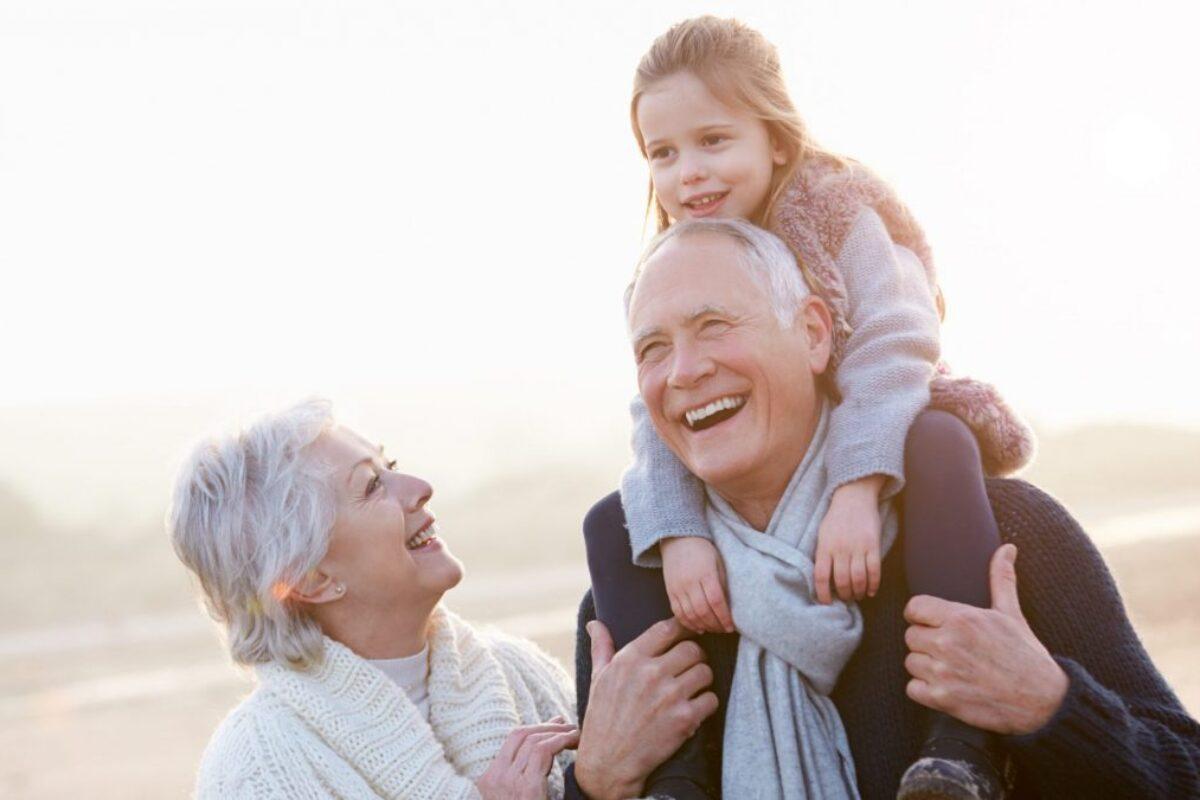 Παππούς και γιαγιά: Οι πολλοί τρόποι που βοηθούν τα παιδιά