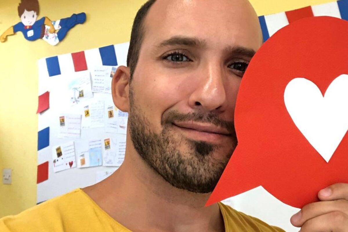Ο δάσκαλος, Μάριος Μάζαρης, εξηγεί πώς βοηθά ένα παιδί να ξεφύγει από τα έμφυλα στερεότυπα