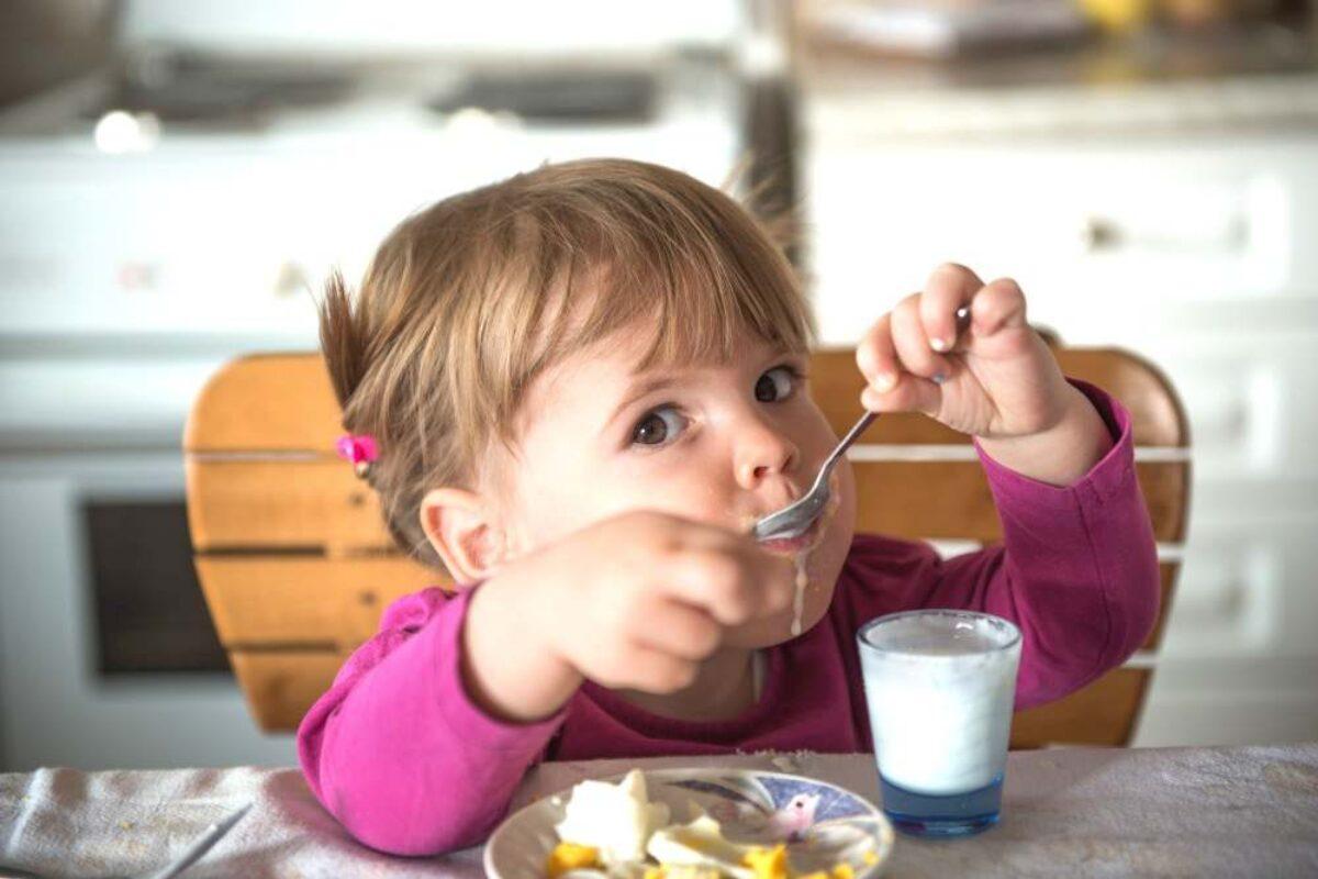 Πώς διαφοροποιούνται οι κενώσεις του μωρού με την εισαγωγή των στερεών τροφών;