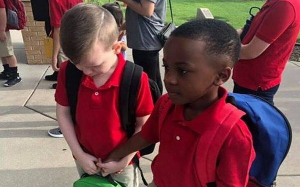 Οχτάχρονος παρηγορεί συνομήλικο του με αυτισμό την πρώτη μέρα του σχολείου ( βίντεο )