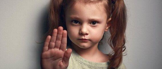 Πες το στην κόρη σου: Αυτά είναι τα σημάδια που θα πρέπει να την κρατήσουν μακριά από ένα κακοποιητικό αγόρι