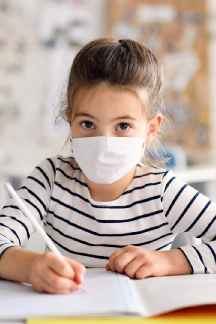 Πώς θα προστατευτούν τα παιδιά από την Covid-19 – Οι μάσκες στα σχολεία και τα εμβόλια
